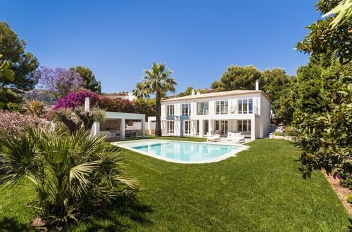 Luxury villa with superb view over the golf course and the sea